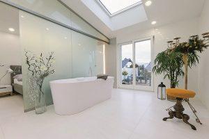 Dieses Bad bietet den Nutzern viel Platz für die freie Entfaltung.